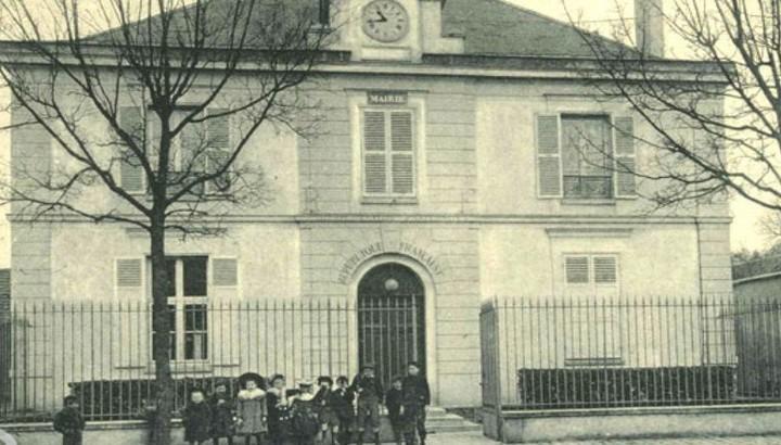 Groupe d'écoliers devant la mairie - photo ancienne