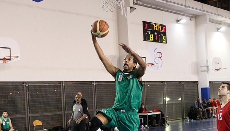 Joueur de basket masculin du CSMB marquant un panier