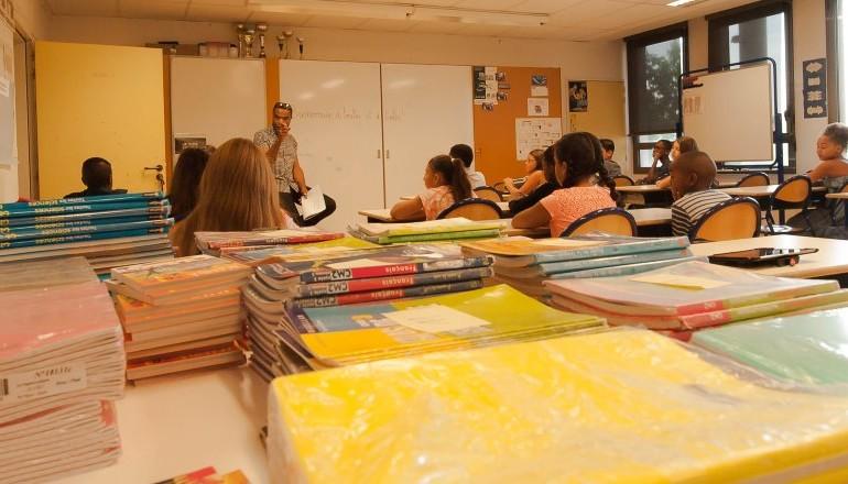 Enfants en classe devant l'enseignant