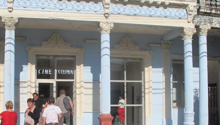 Entrée du cinéma à Cuba