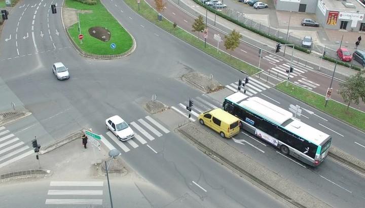 Vue du carrefour entre la D10 et la D130 avec bus et voitures