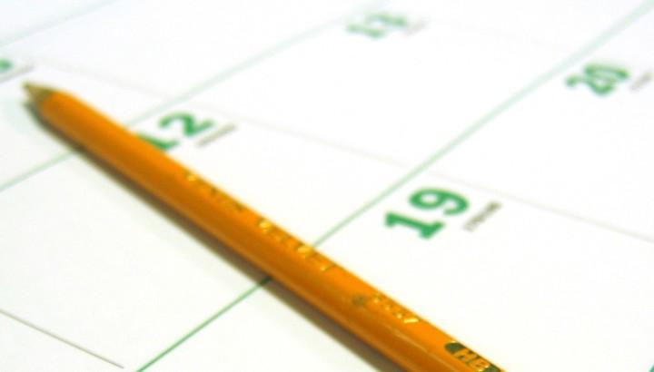 Crayon posé sur un calendrier