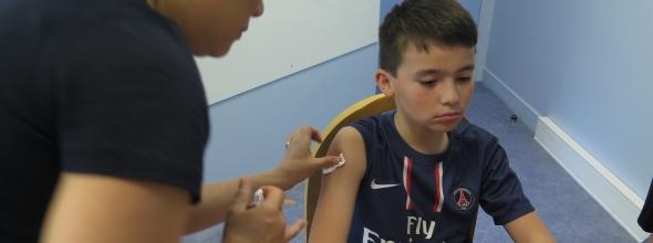 Vaccination d'un enfant par un médecin