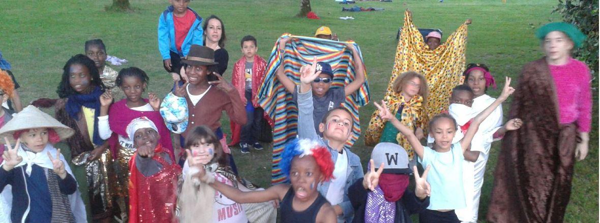 Groupe enfants déguisé et maquillé au centre de Cezais