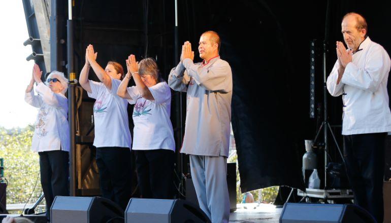 Pratiquants de tai-chi en démonstration
