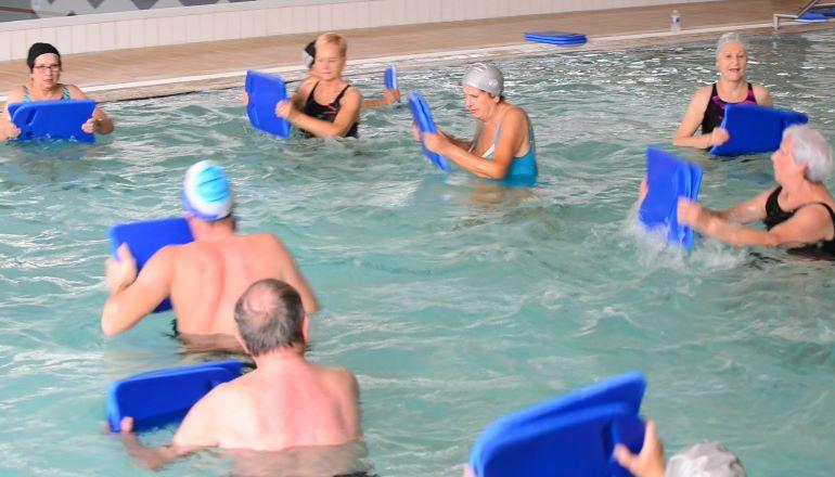 Retraités à la piscine lors d'une séance d'aquagym