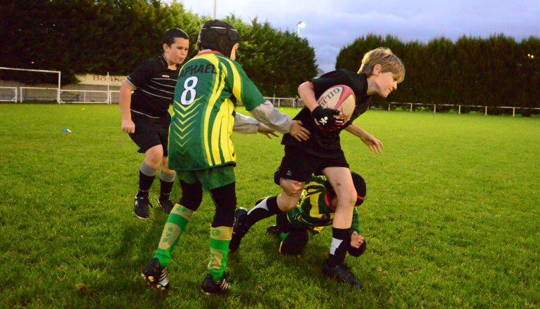 enfnats jouant au rugby