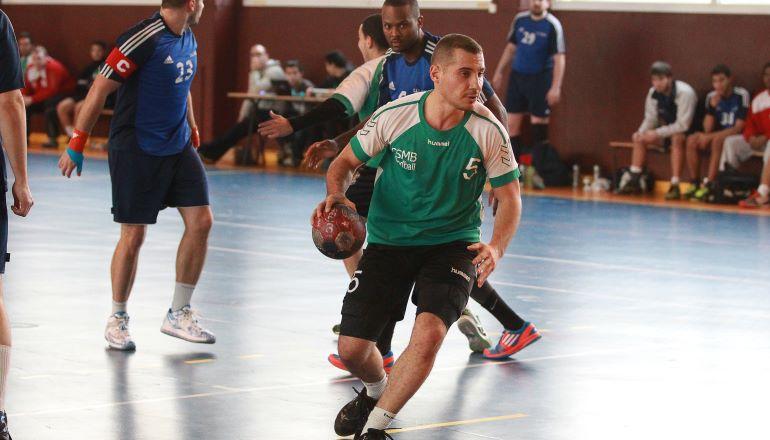 Joueur de handball sur terrain