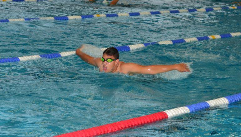 nageur à la piscine faisant du crawl